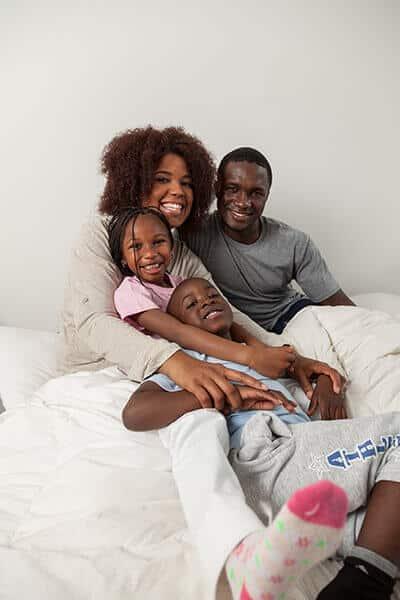 Familia-en-la-cama-unida