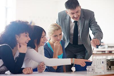 Lider-educacional-con-grupo-de-estudiantes